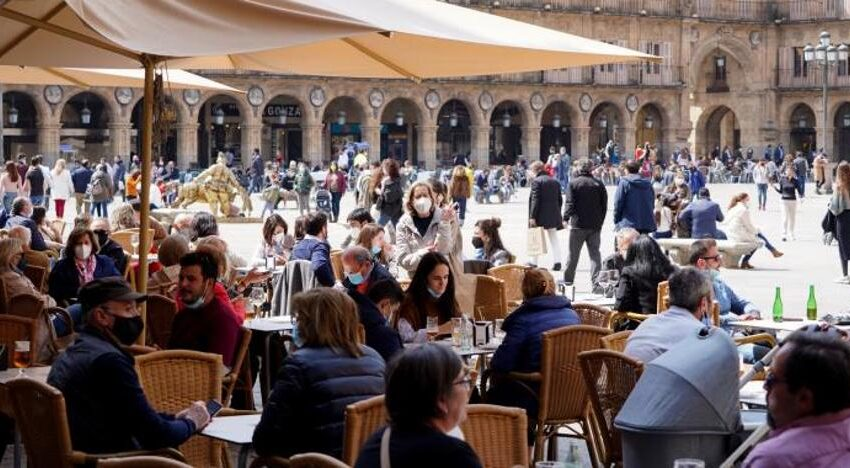 Los datos de este sábado colocan a Salamanca capital por encima del límite para cerrar el interior de la hostelería