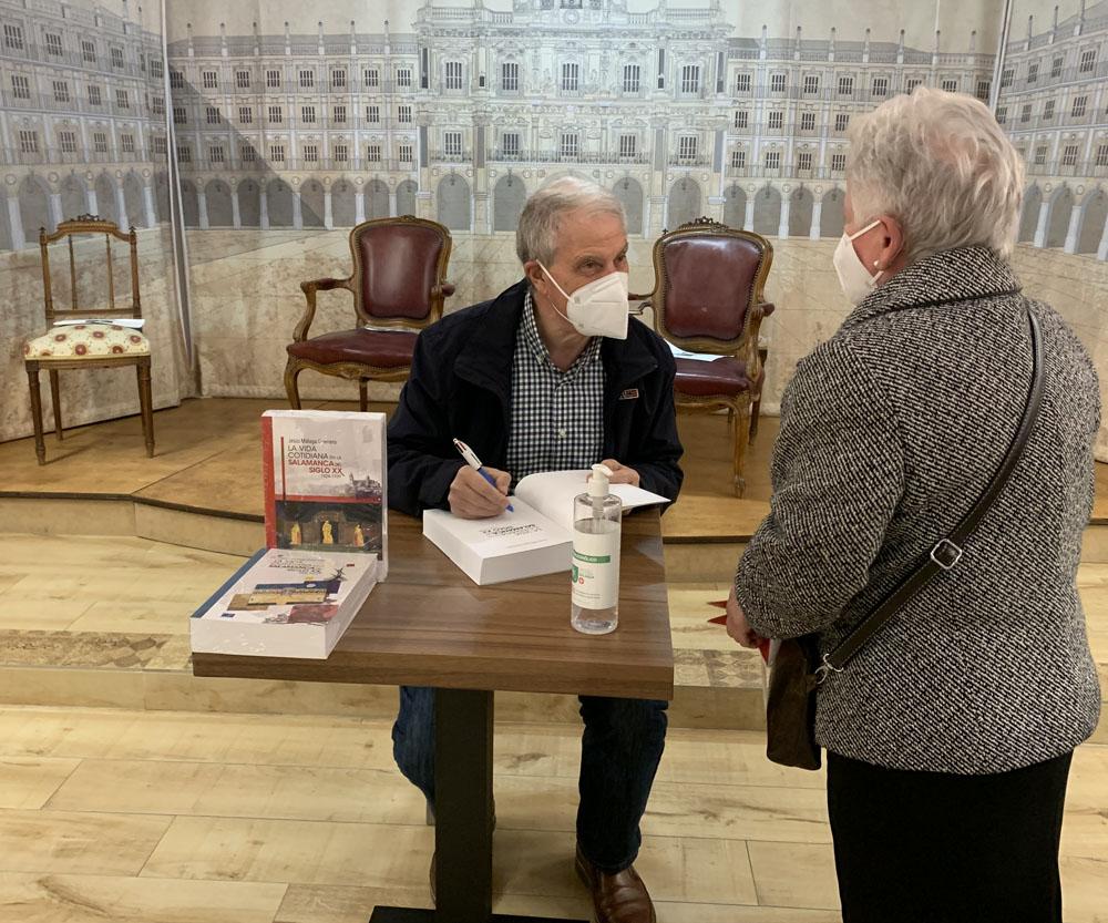 Jesús Málaga firma ejemplares de sus libros en la librería Santos Ochoa.