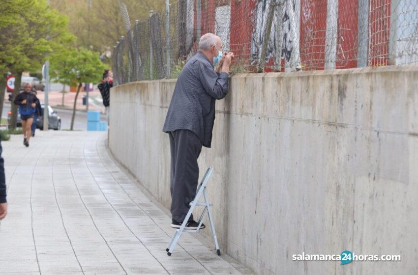 LA IMAGEN | La fotografía de un abuelo salmantino subido a una escalera para poder ver jugar a su nieto al fútbol a través de unas rejas, se vuelve viral