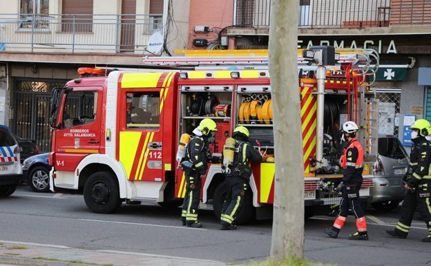 Un camión y personal de bomberos de Salamanca.