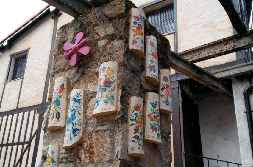 El bordado serrano se luce de la forma más insólita en Las Casas del Conde