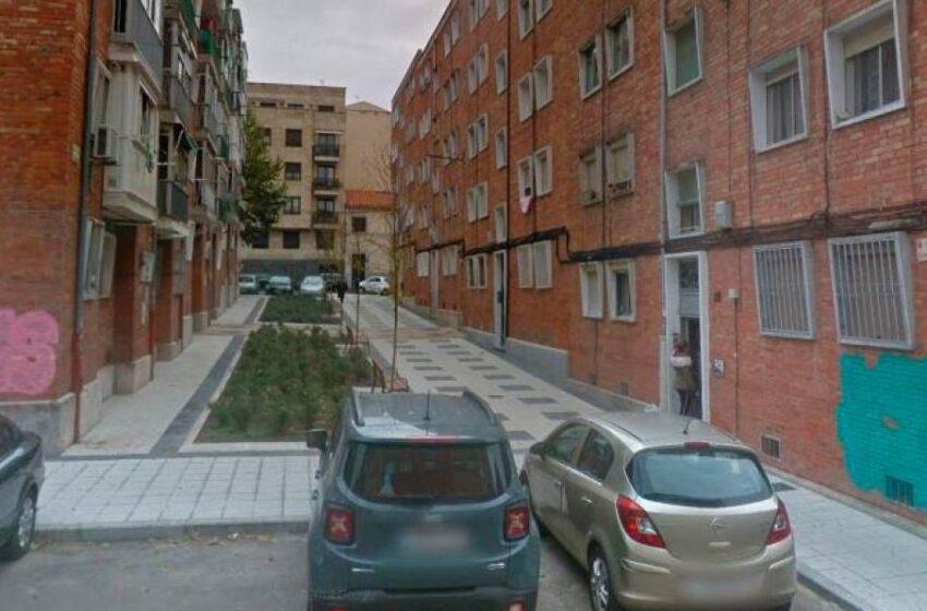 Los bomberos descubren el cuerpo sin vida de una mujer de 42 años en su casa de la calle Armuña