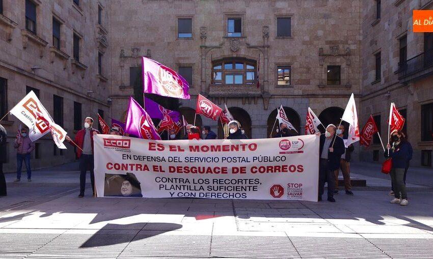 Empleados de Correos protestan por sus condiciones laborales y rechazan la privatización de este servicio