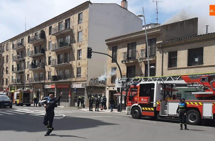 Susto en el paseo de Canalejas por el incendio en el interior de un edificio