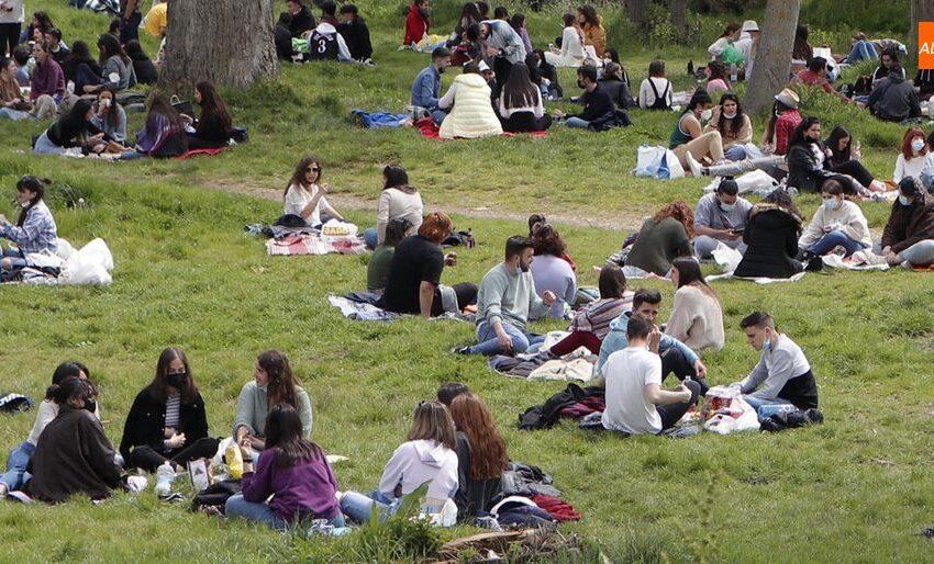 El buen tiempo anima a disfrutar en los espacios verdes de la ciudad el segundo Lunes de Aguas de la pandemia