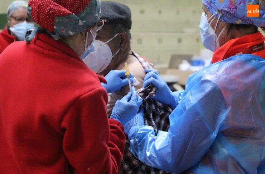 La lluvia protagoniza la jornada de vacunación masiva en Vitigudino para mayores de 80 años