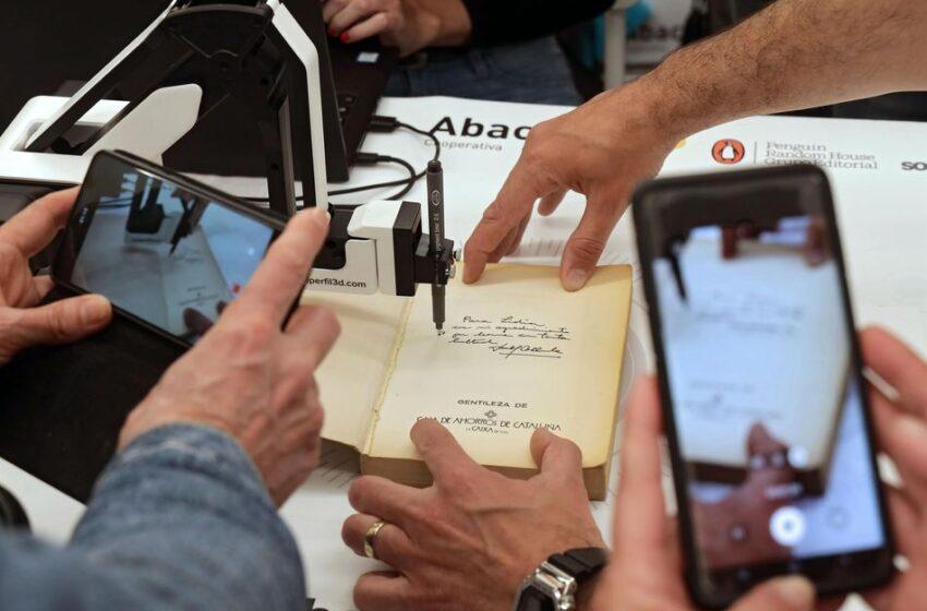 Un brazo robótico para las firmas de libros a distancia en tiempos de pandemia