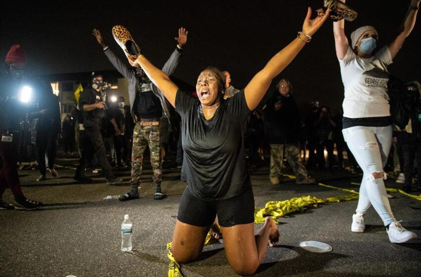 Mineápolis declara toque de queda para evitar incidentes tras la muerte de un afroamericano a manos de la Policía