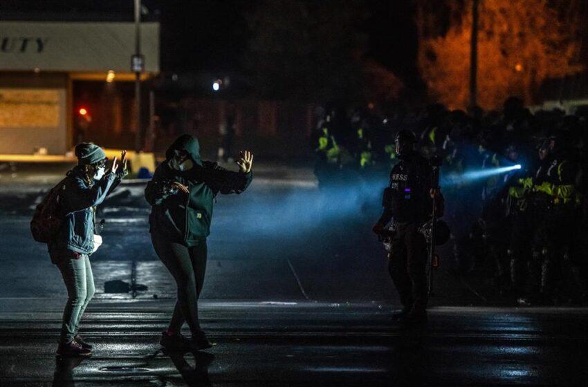 Tercera noche consecutiva de protestas por la muerte del afroamericano Daunte Wright a manos de la Policía