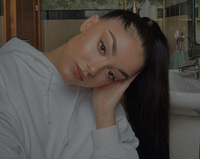 Morena, muy parecida a su madre, la joven vive y estudia en Madrid y, como a su padre, le gustan los coches
