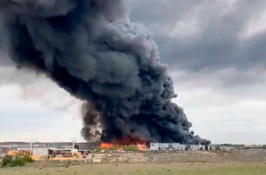 La localidad toledana de Seseña, en alerta máxima por un grave incendio en su polígono industrial