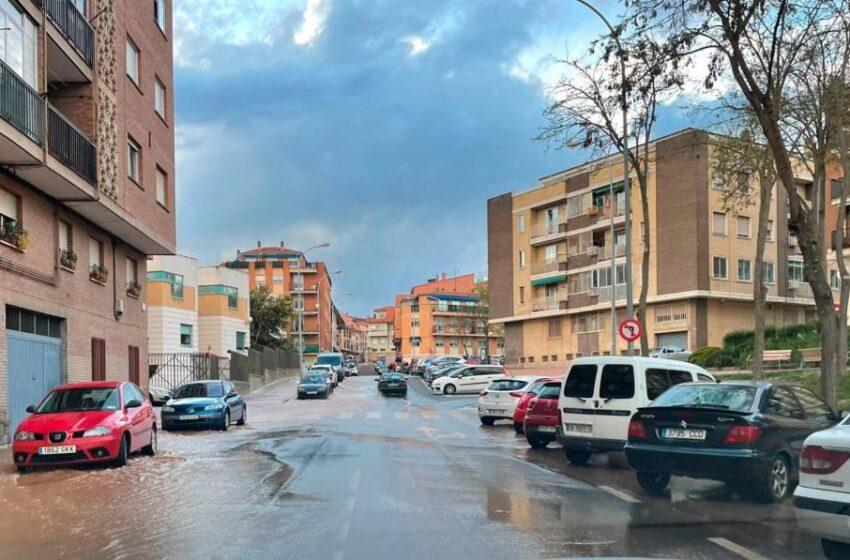 Aparatoso reventón en la calle Alfareros, en Pizarrales