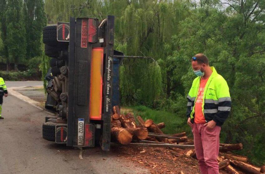 Aparatoso vuelco de un camión cargado de troncos en Béjar
