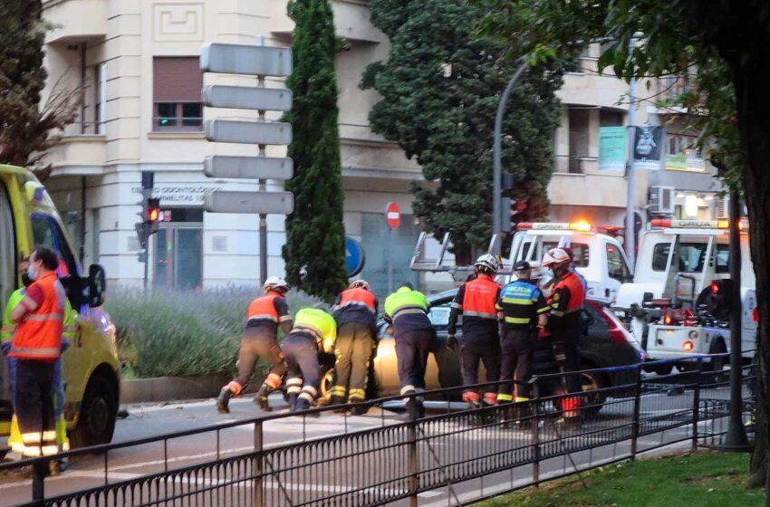 Un coche ha volcado en el Paseo de Carmelitas, junto a la Puerta de Zamora, y una mujer ha resultado herida. El accidente se produjo a las sobre las 21.30 horas.