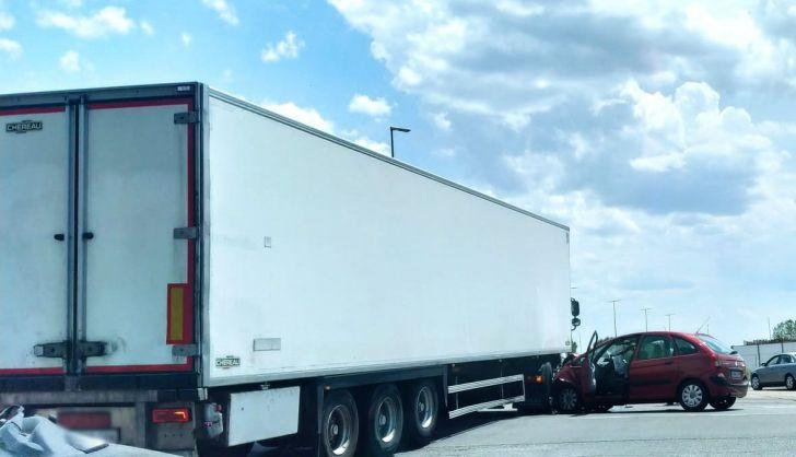 Aparatoso accidente entre un turismo y un camión en Guijuelo