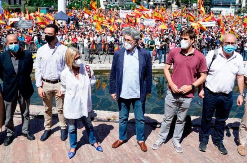 Una multitud inunda la plaza de Colón de banderas de España contra los indultos a los líderes del 'procés'