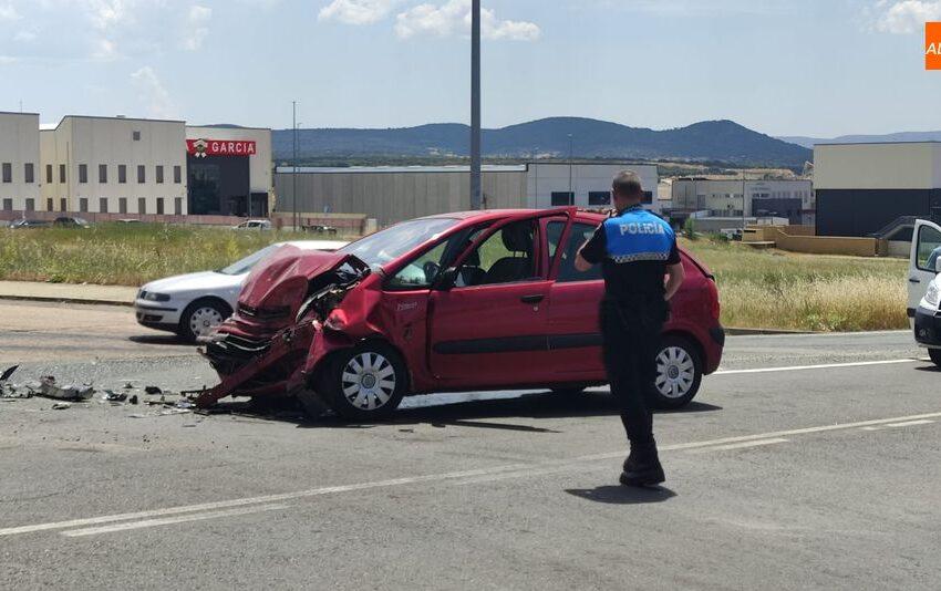 La colisión de un camión y un turismo en Guijuelo deja un herido y daños materiales