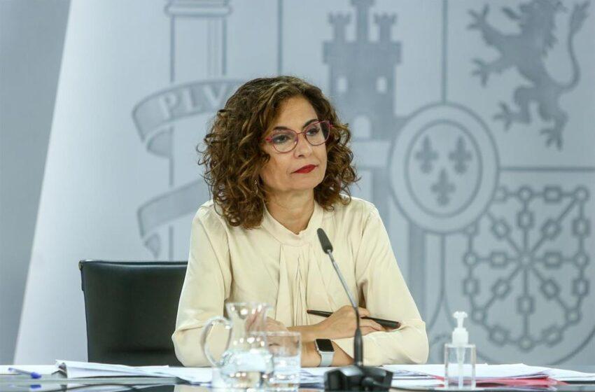 Montero critica a PP, Vox y Cs: «Los problemas no se arreglan recogiendo firmas ni yendo juntos a una foto a Colón»