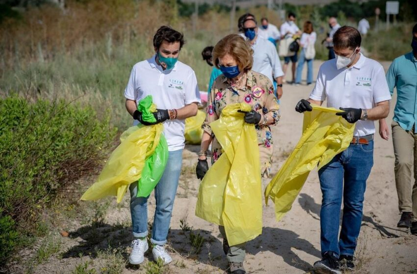 La Reina Sofía participa en la campaña de recogida de basura en espacios naturales del Proyecto Libera