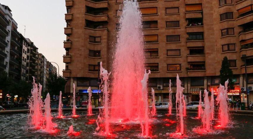 La fuente de la Puerta Zamora se ilumina de color rojo con motivo del Día Mundial del Donante de Sangre