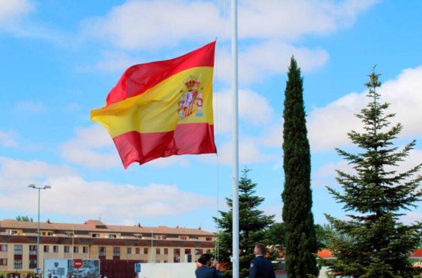 La bandera nacional ondea en la Base Aérea de Matacán por las víctimas de la covid
