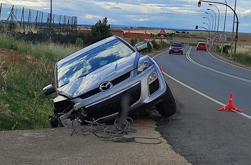 El coche se salió de la vía, derrapó en la cuneta y chocó contra una de las tuberías de cuneta