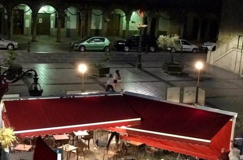 El aire causa estragos en Béjar: cae un árbol en un chiringuito y vuelan platos y sillas