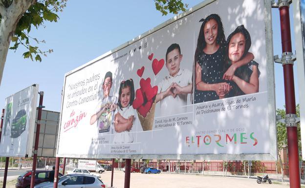 Valla publicitaria donde se integra la nueva campaña del Centro Comercial El Tormes