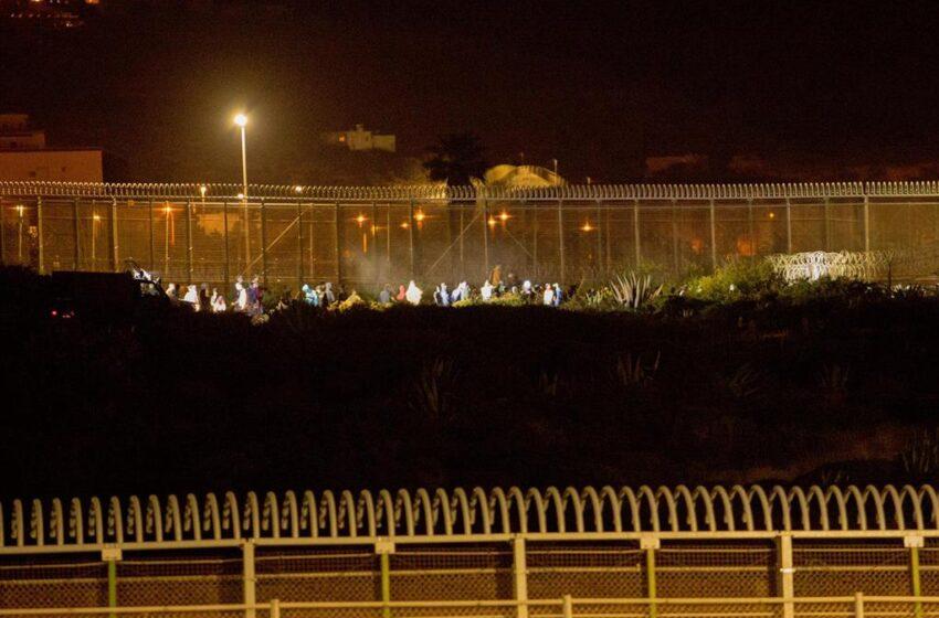 Más de 200 migrantes, algunos heridos, entran este jueves a Melilla saltando la valla con Marruecos