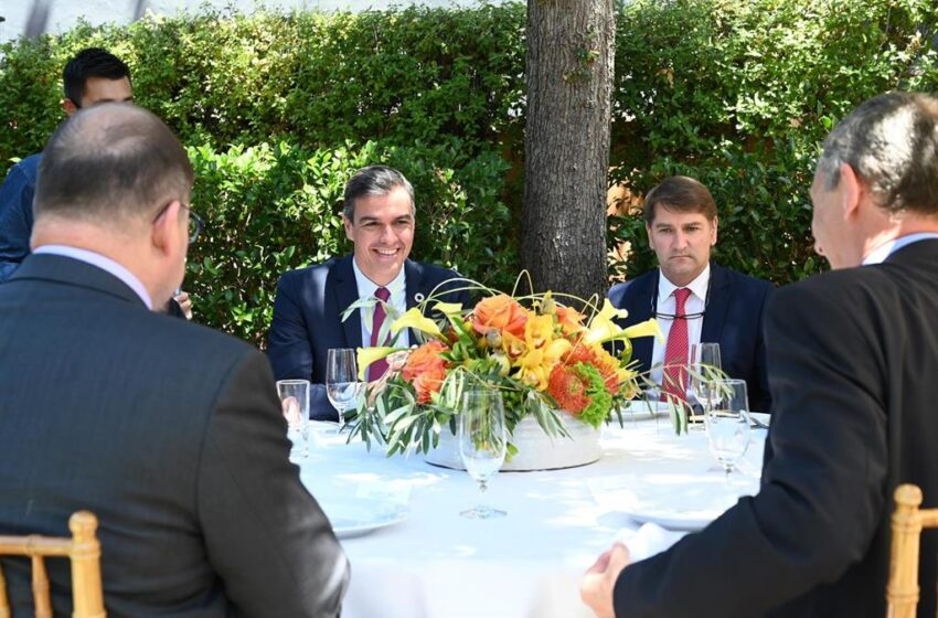 Sánchez insta a Casado decidir si se suma a trabajar para que vengan «más empresas» o se queda en la «confrontación»