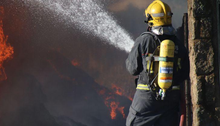 El incendio de un vehículo dificulta el tráfico en la carretera de Vecinos