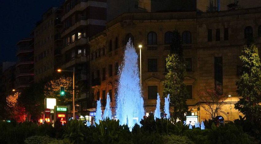 La fuente de la Puerta Zamora se tiñe de azul este domingo por el Día Internacional de las Personas Sordas