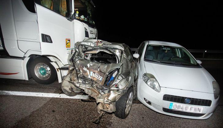 Espectacular accidente, milagrosamente sin heridos, entre un camión y dos turismos en Ciudad Rodrigo