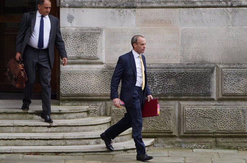 El ministro de Exteriores británico llega a Doha para las conversaciones con Qatar sobre evacuaciones desde Afganistán