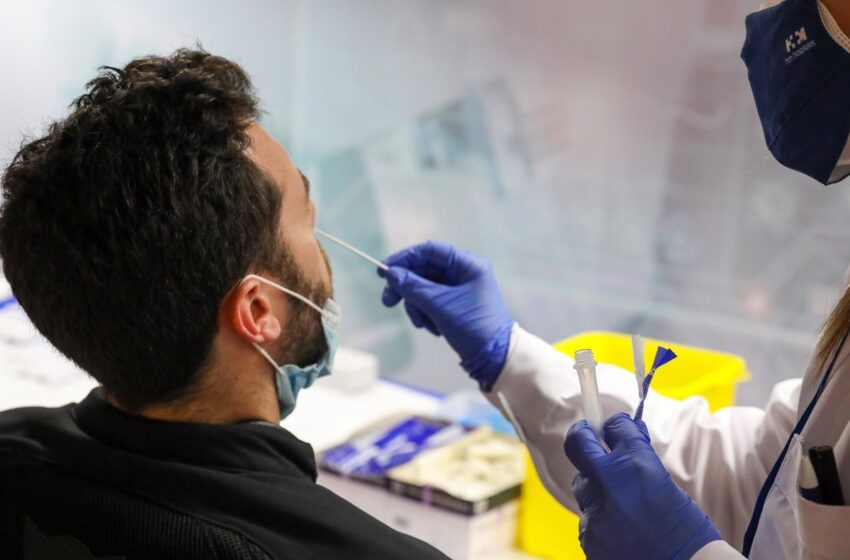 Sanidad notifica 3.031 contagios, 100 muertes y la incidencia se sitúa en los 72 casos