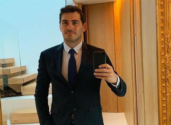 Íker Casillas ha grabado a los reporteros que lo esperan junto a su coche a la salida del colegio y ha comentado que ese es su día a día.